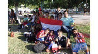Con la bandera. Los paraguayos muestran su bandera orgullosos. Viajaron a Paraná varios equipos para representar al país limítrofe. Todos se fueron contentos.   Foto UNO/Diego Arias