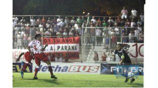 Galli ingresa en soldad para impactar el balón con su pie derecho y vencer a Albil.   Foto UNO/Diego Arias