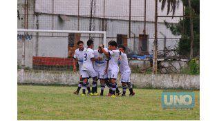 Los jugadores de la U festejan el primer gol del encuentro con Ariel Schvaigert autor del tanto.  Foto UNO/ Juan Manuel Hernández