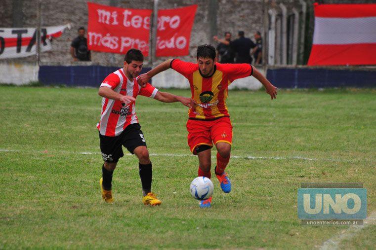 Lorenzón domina el balón ante la marca de Minotti. El Mellizo le dio el empate a Atlético Neuquén.