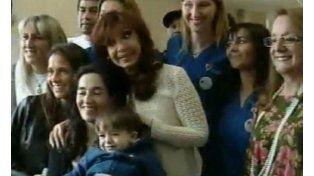 La presidenta presentó a su nieto antes de la cadena nacional