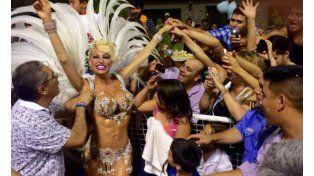 Vicky Xipolitakis explosiva en los carnavales del Chaco