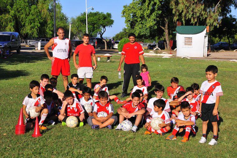 Federico Monje y Sergio Barrios junto a los menores de la Filial que River. Ayer trabajaron en el Parque.