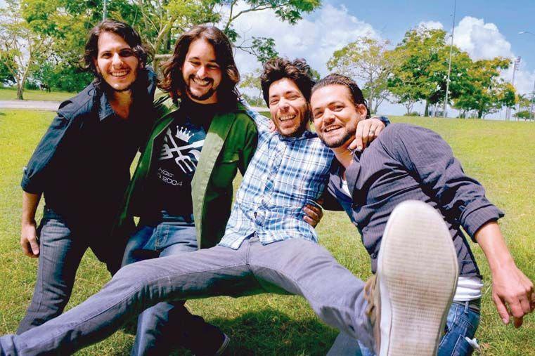 SU ASUNTO.  Junto los miembros de su banda cubana