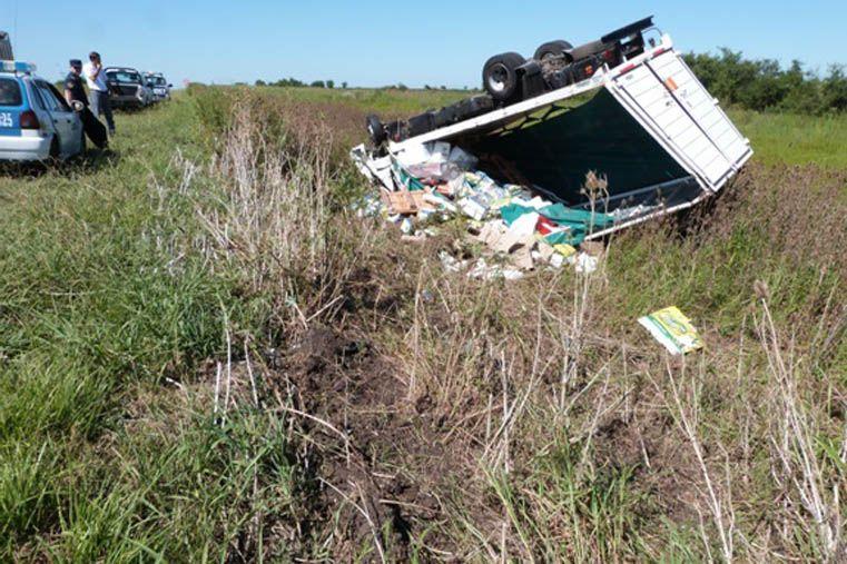 Un camionero gravemente lesionado al volcar su camión en la ruta 6