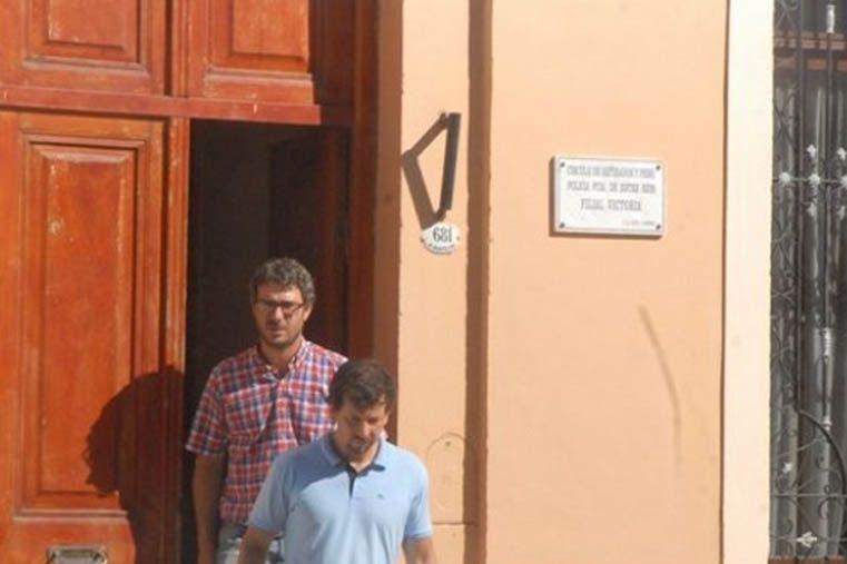 El fiscal Taleb (de camisa a cuadros) al salir del allanamiento. (Foto: LT 39)