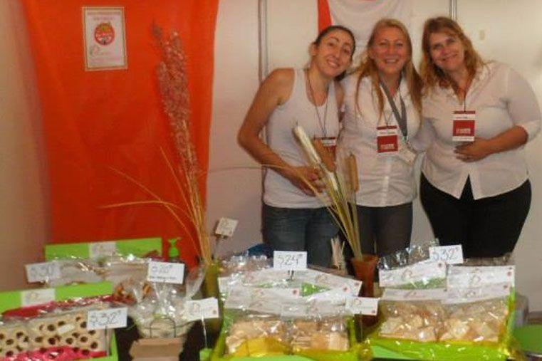 Emprendedoras. Rodríguez y sus socias fabrican delicias sin TACC.