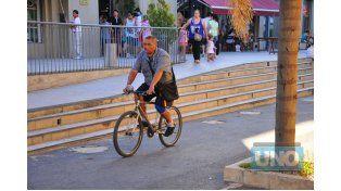 Hidrato. El ciclista llevaba ayer por la tarde su botellita de agua.  Foto UNO/Juan Manuel Hernández