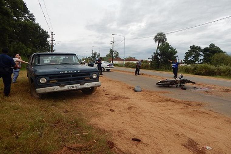 Un motociclista terminó con traumatismo de cráneo tras chocar contra camioneta