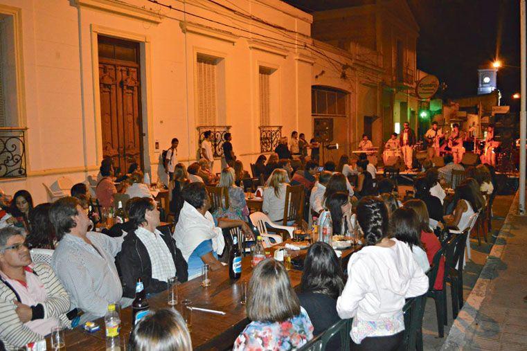 NOCHE DE BARES. Los viernes cortan la calle frente a un bar y ofrecen música en vivo.  Foto Gentileza/Municipalidad de Nogoyá