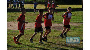 Calentamiento. Los pequeños jugadores calientan pesando en su partido de ayer. Para ellos es una fiesta jugar en cada cotejo.    Foto UNO / Juan Manuel Hernández