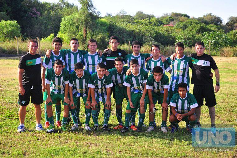 Todos formados. Los jugadores posaron en la foto antes de comenzar su partido en el primer día de competencia.  Foto UNO / Juan Manuel Hernández