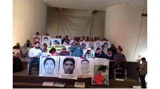 Los familiares de los estudiantes desaparecidos contestaron rápidamente a la Procuraduría mexicana y defendieron al EAAF. Foto: Facebook/desinformémonos