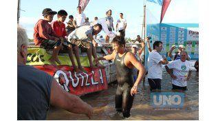 El crédito local. El nadador paranaense Fausto Brondo llegó  la meta y fue saludado por los presentes. Está claro