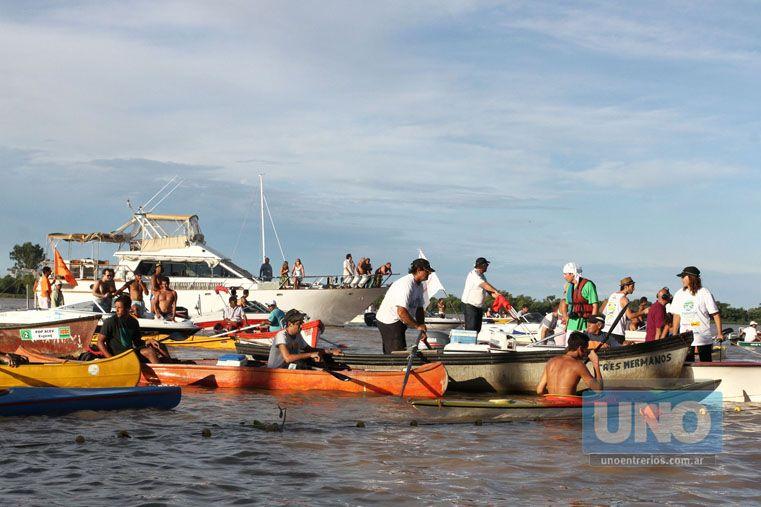 Una tradición. Las embarcaciones también jugaron un papel. Acompañaron a cada instante el andar de los colosos. La primera edición de la Villa Urquiza-Paraná