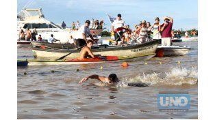 Todos pegaditos. Como se preveía. La llegada encontró a todos los nadadores muy juntos. Brazada a brazada tocaron la meta.    Foto UNO/Diego Arias