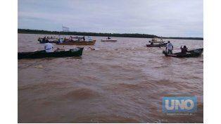 La lluvia.. El mal tiempo no hizo efecto para los organizadores y tuvieron todos una gran fiesta del río en la tarde del domingo.