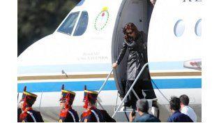De regreso. La Presidenta junto a su comitiva llegó ayer a la Argentina.