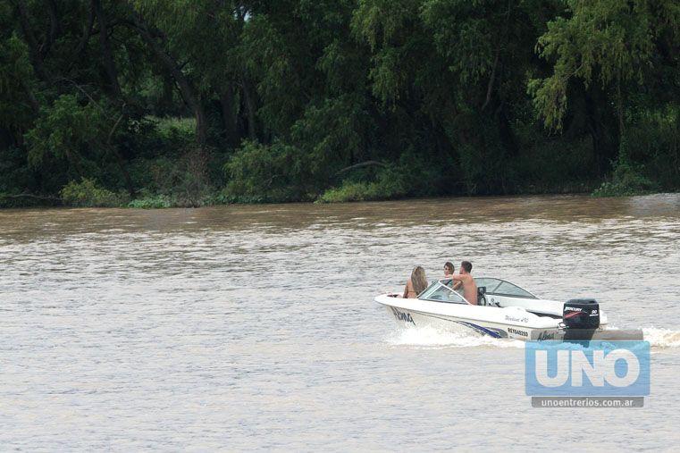 """En el agua. Salieron a navegar más allá de que el cielo """"amenazaba""""."""