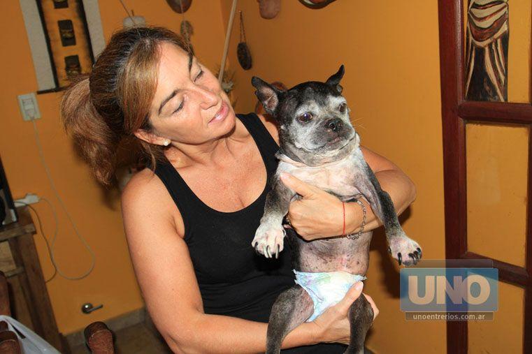 Amor infinito. Mónica espera que mejore la calidad de vida de su perro.  Foto UNO/Juan Manuel Hernández