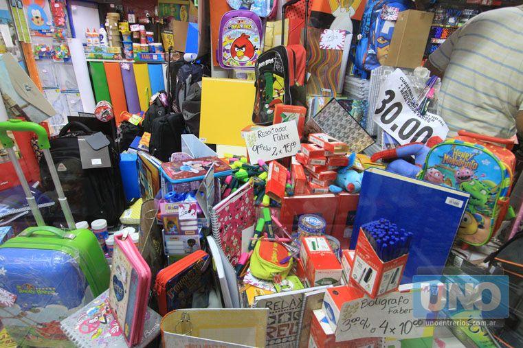Compras masivas. Estos días las librerías están repletas de clientes adquiriendo útiles escolares. Foto UNO/Juan Ignacio Pereira