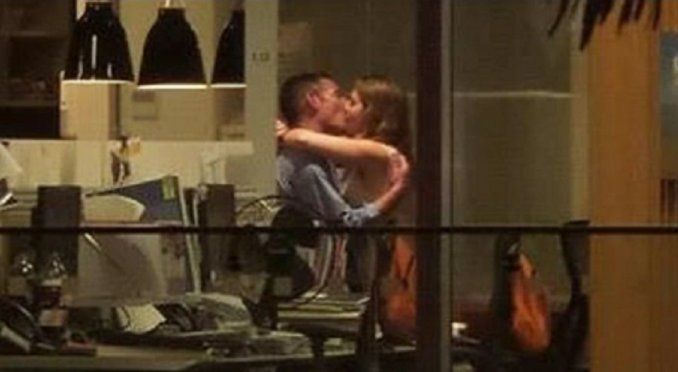 Tuvieron sexo en la oficina y entretuvieron a los clientes de un bar