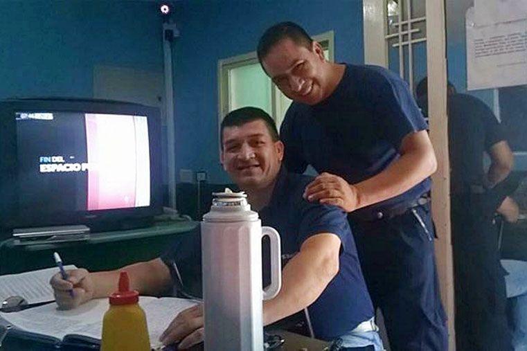 El sargento Fabián Cardozo (de pie) y el sargento Néstor Fernández (sentado) en su lugar de trabajo.