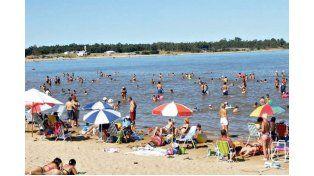UN REGALO. La geografía de la provincia ofrece playas de las más lindas del litoral; hay expectativas de que el río continúe en baja y permita disfrutarlo durante febrero en todo su esplendor. Foto Gentileza/Turismo Santa Ana