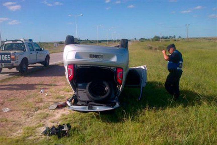 Un vehículo quedó con las ruedas hacia arriba luego de que su conductor perdiera el control