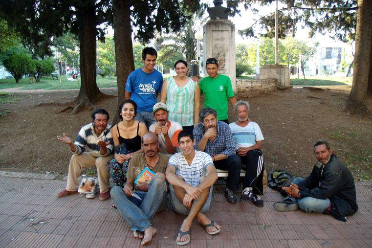 Compartir. Quienes integran Ayuda Urbana sostienen el compromiso de ayudar al prójimo.