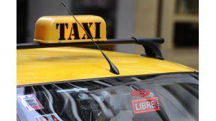 Un taxista fue a buscar a una pasajera ebrio, semidesnudo y armado