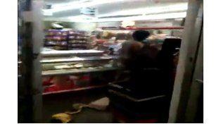 Video: una mujer desnuda destroza una estación de servicios