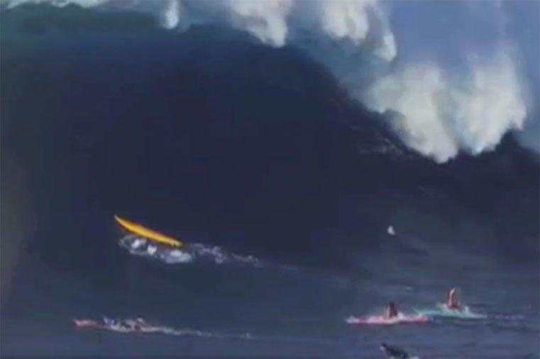 Video: surfistas tragados por una ola gigante en Hawaii
