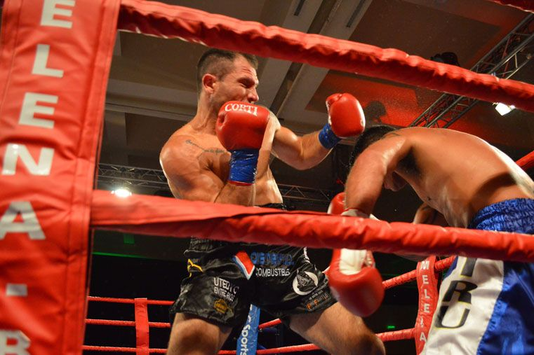 El entrerriano fue sintiendo el desgaste de la pelea y cayó ante un experimentado boxeador.