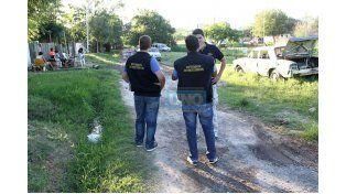 Investigación. Los policías recorrieron en el barrio buscando datos para aclarar el crimen. (Foto UNO/Diego Arias)