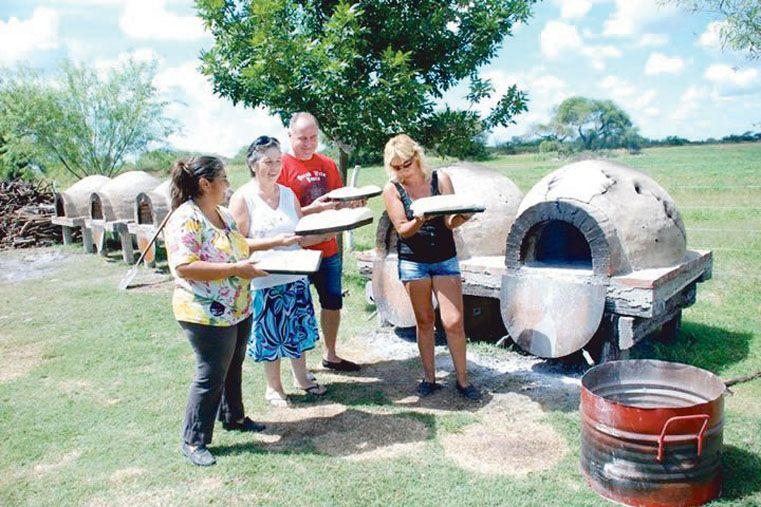Al horno. Habrá concursos de panes caseros y este año quieren hacer el pan más grande que se registre.