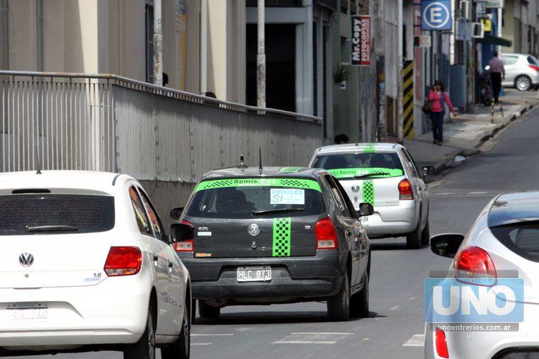 De alquiler. Calculan que 900 autos circulan por las calles de la capital. Foto UNO/Juan Ignacio Pereira