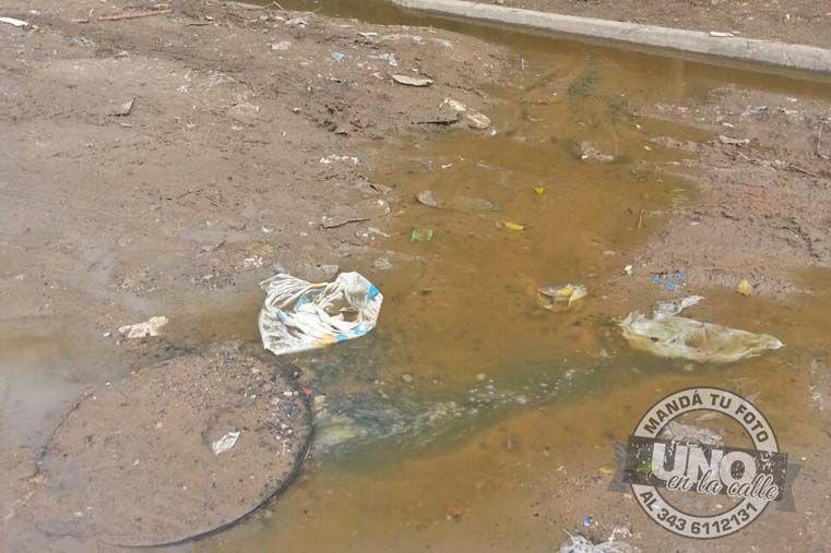 Cloacas rebalsadas en barrio Villa Almendral. Hace un año que tienen este problema. Aseguran que hay dos nenas enfermas por la contaminación.