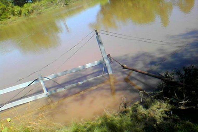 Hundida. Poco se ve de los restos de la balsa que permanece bajo agua desde hace una semana.