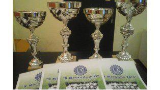 Los trofeos esperan por cada uno de los equipos ganadores en el Mecanito.