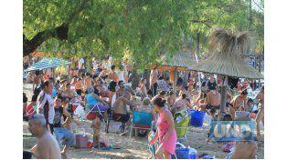 Multitud. La playa es la opción predilecta ante tanto calor. Foto UNO/Juan Ignacio Pereira