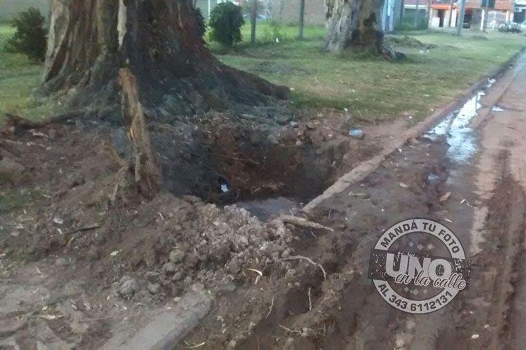 Un caño roto en calle Alfonsina Storni. Los vecinos aseguran que no tienen agua desde hace dos meses.