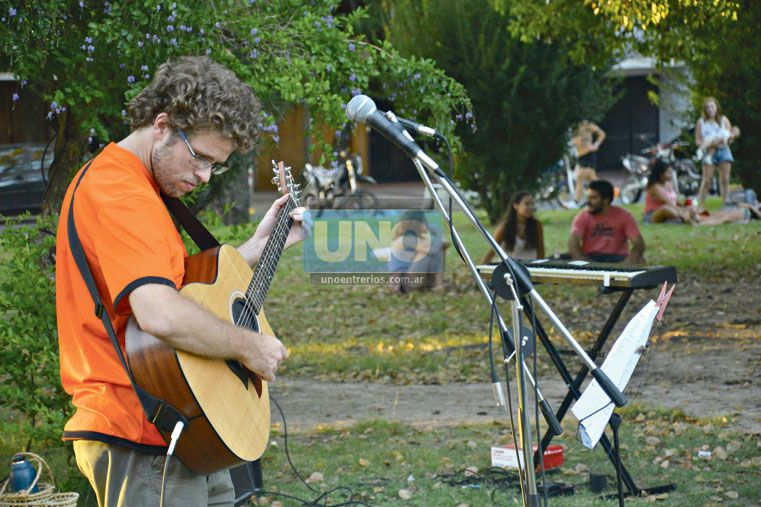 MERECIDO TRIBUTO.  El guitarrista Alfonso Bekes fue uno de los músicos que tocó temas del Flaco. (Foto UNO/Mateo Oviedo)