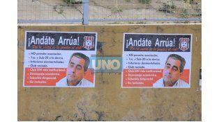 Los carteles están por toda la ciudad (Foto UNO/Juan Ignacio Pereira)