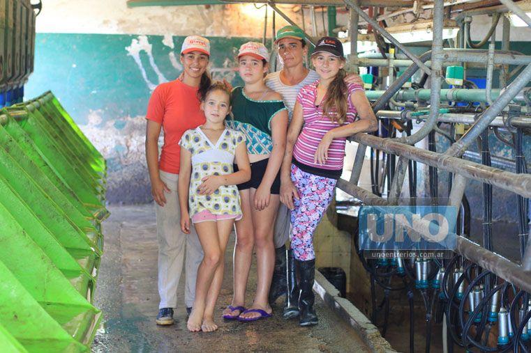 Unidas. De izquierda a derecha arriba: Carolina de 24 años; Melina de 11 años; Graciela de 42 años y Romina de 12 años. Abajo: Delfina de 9 años. (Foto UNO/Juan Ignacio Pereira)
