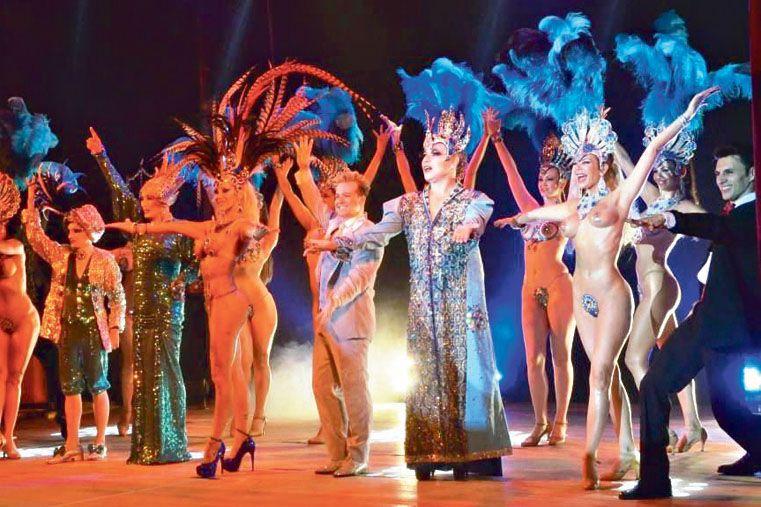 GLAMOUR.  Los trajes y las coreografías del Grupo Caviar elevan el espectáculo al mayor nivel.