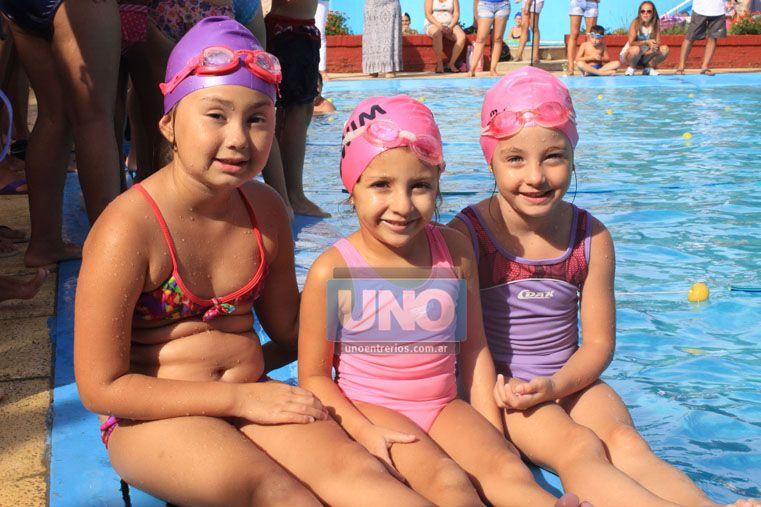 Pequeñas nadadoras. Las chicas posan en la cámara antes de tirarse a la pileta para competir en el certamen de ayer en Talleres. (Foto UNO/Juan Ignacio Pereira)