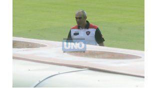 Delfino en la cancha de Colón. El entrenador dijo que lo visto en Santa Fe le dejó una buena impresión. (Foto UNO/Mateo Oviedo)