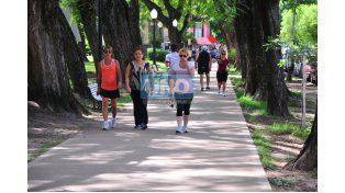 Ejercicio. Son muchos los que eligen este espacio para caminar o trotar. (Foto UNO/Juan Manuel Hernández)