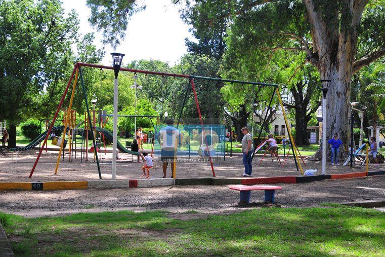 Familias. La emblemática plaza convoca a chicos y grandes. (Foto UNO/Juan Manuel Hernández)